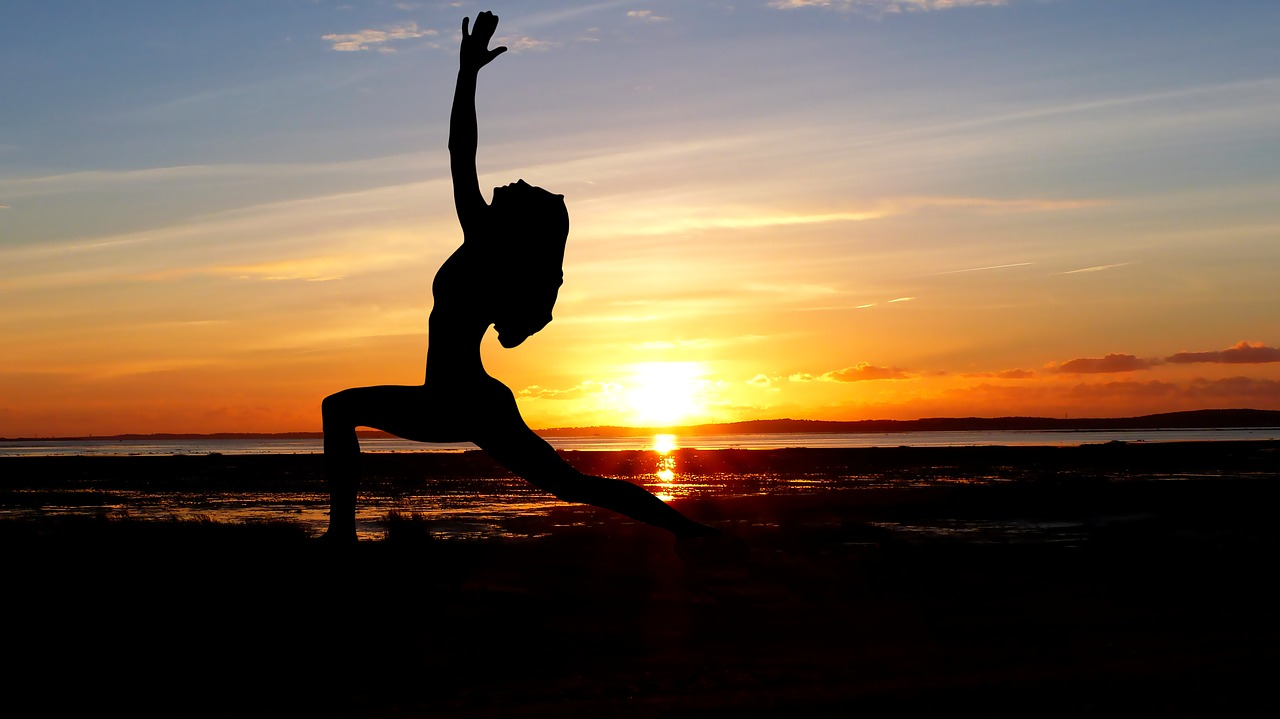 yoga-emociones-asana-guerrero-aquarianstudio