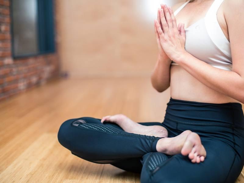 yoga-estimulando-autocuración-aquarianstudio